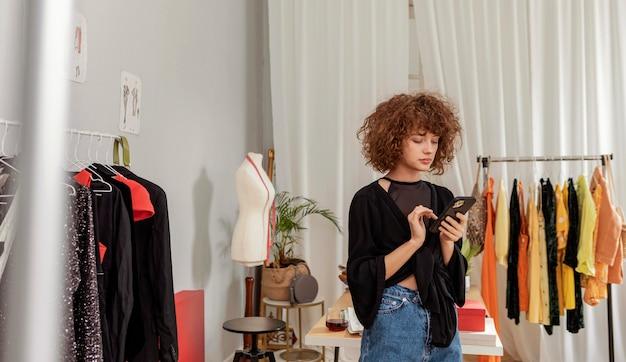 店で働く服のデザイナー