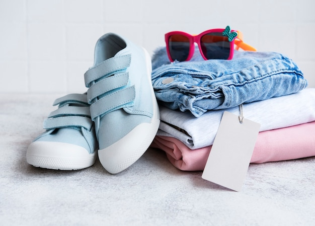 開いた段ボール箱に子供用の服。オンラインショッピングのコンセプト