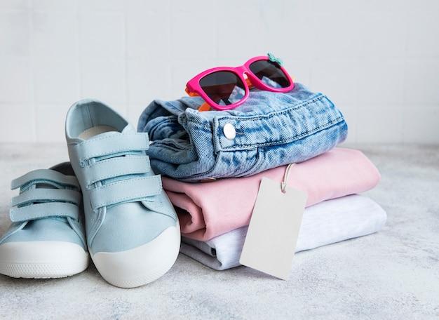 子供用の服。オンラインショッピングのコンセプト