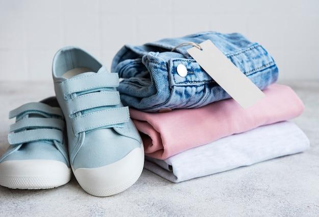 Одежда для детей. концепция покупок в интернете. доставка одежды.