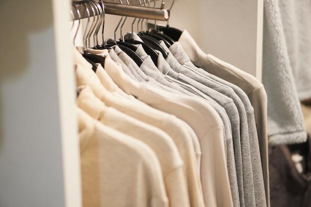 가게에 옷걸이. 다양한 의류