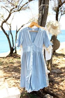 자연 건조를 위해 빨래줄에 걸린 옷. 패션 의류의 트렌디한 프리젠테이션.