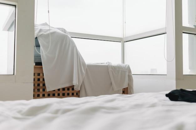 탁자에 걸려 있는 옷은 아파트 발코니에서 말린다