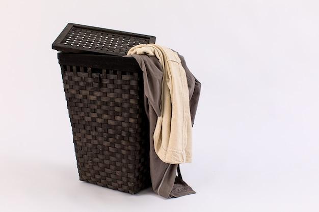 Одежда в корзине для белья изолирована