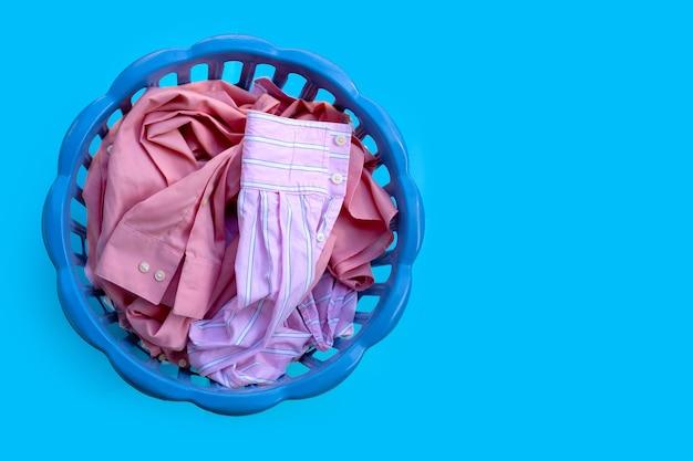 Одежда в корзине для белья.