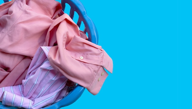 洗濯かごの中の服。