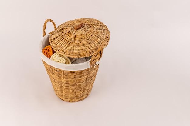 Одежда в деревянной корзине для белья изолирована