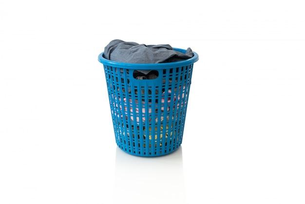 白い背景の上の洗濯の木製バスケットの服