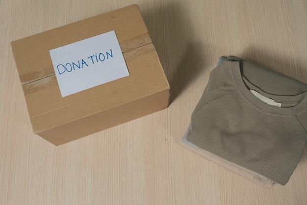 Одежда в коробке для концептуального пожертвования и повторного использования.