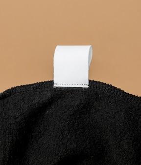 Etichetta di vestiti sulla vista frontale del tessuto nero