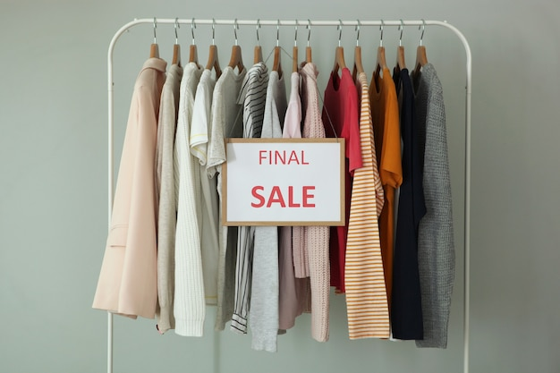 レール上の服とセールサインの最終セール割引