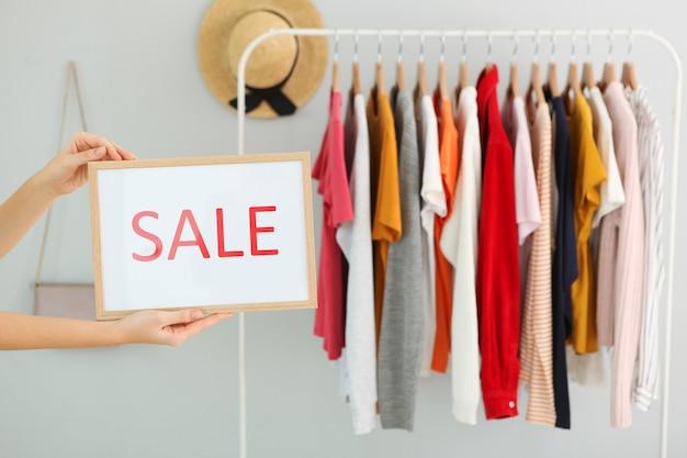 Одежда на рельсах и знак распродажи окончательные скидки