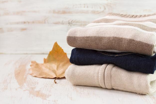 白い木製の表面の服