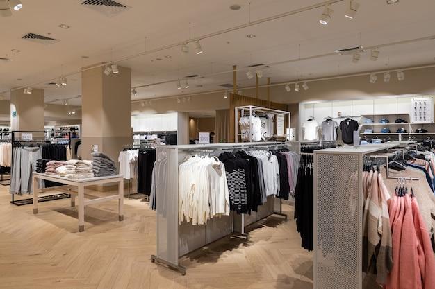 Вешалка для одежды в торговом центре
