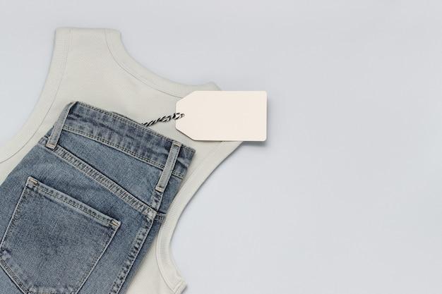 Одежда с видом сверху бирки продажи