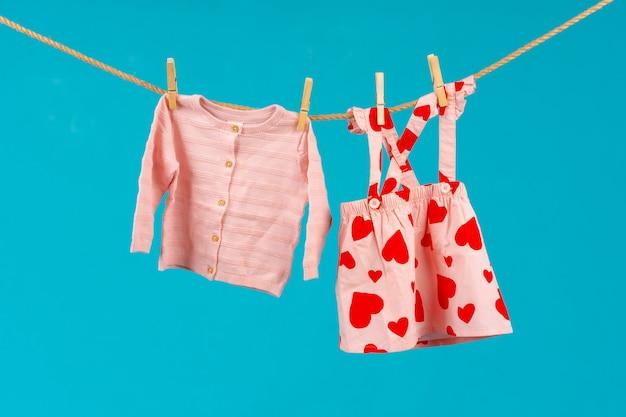 고정 된 아기 옷 빨랫줄을 닫습니다.