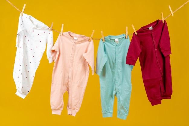 고정된 아기 옷이 있는 빨랫줄을 닫습니다.