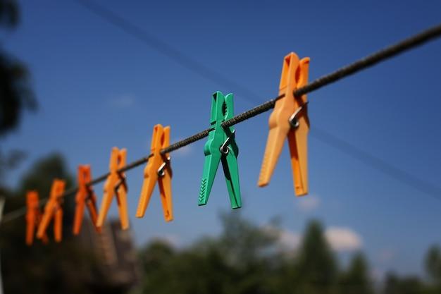 Прищепка на веревке на открытом воздухе