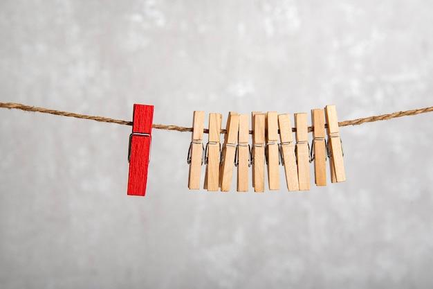 Прищепки на веревке. отличие от других. отдельно от толпы. концепция лидерства.