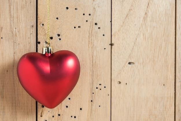 縫製された枕の心のバレンタインの背景赤いclothespinsの行の境界