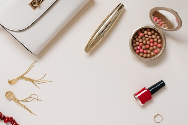 Одежда и косметика блогера на день всех влюбленных и букет тюльпанов.
