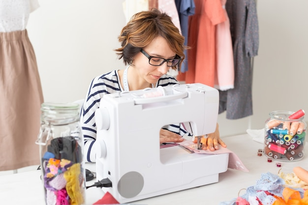 Дизайнер одежды, швея, концепция людей. дизайнер одежды работает в своей студии