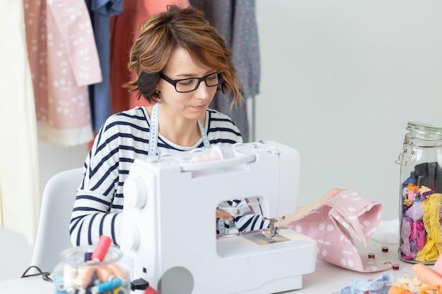 Дизайнер одежды швея люди концепция женщина швея работает в своей студии
