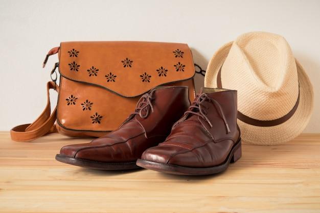 Одежда для мужчин на деревянном полу
