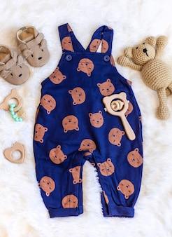 若者と新生児のための服。セレクティブフォーカス。自然。