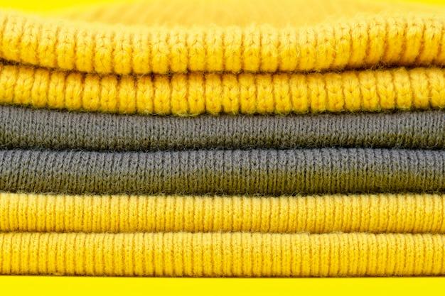 2021 년의 색상 의류 : 궁극의 회색 및 밝은 노란색 배경.