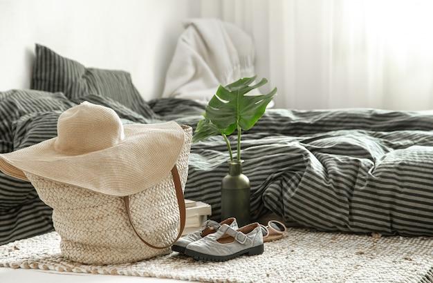 Предметы одежды в уютном домашнем интерьере