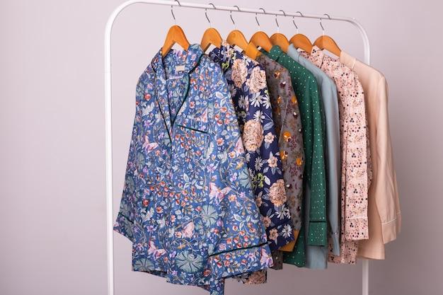 Концепция розничных продаж одежды. женские пижамы на вешалках в магазине одежды. пижама в магазине. рекламировать