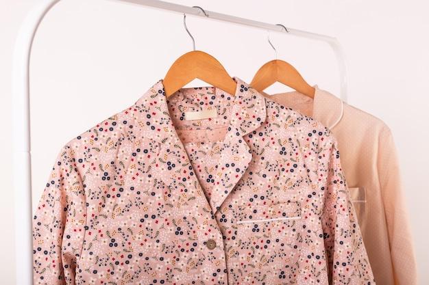 Концепция розничных продаж одежды. женские пижамы на вешалках в магазине одежды. пижама в магазине.