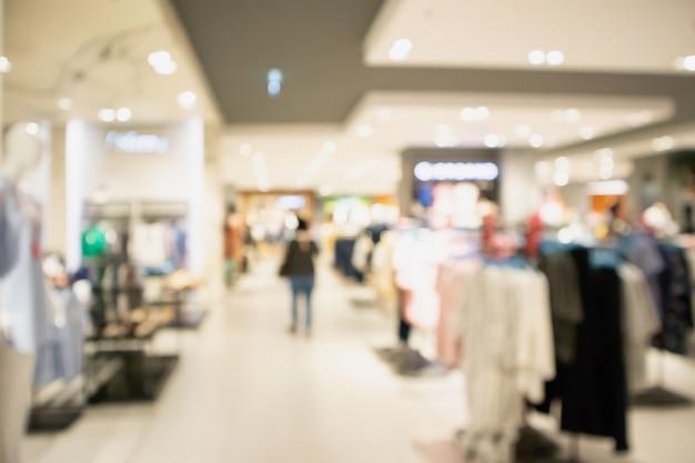 ショッピングモールの衣料品店のウィンドウディスプレイ
