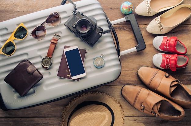 Пассажирские паспорта, кошелек, очки, смартфоны