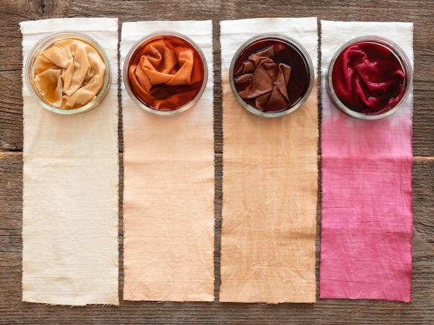 さまざまな天然顔料の品揃えで着色された布