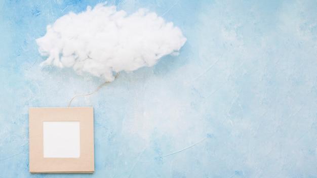 Облако и рамка на синей окрашенной стене