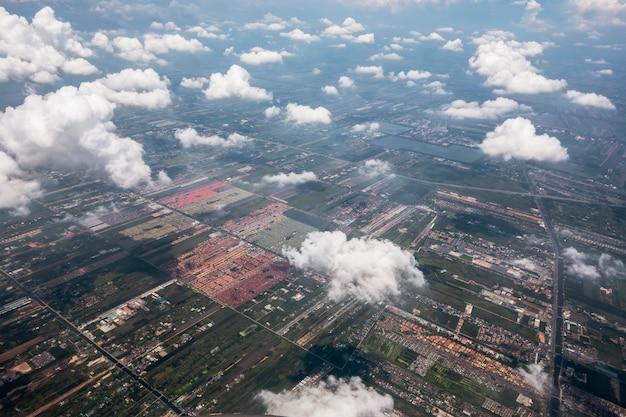 평면도에 구름과 땅