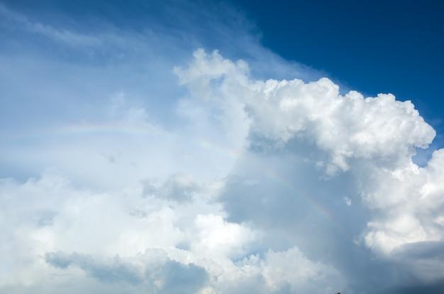 파스텔 컬러 배경으로 구름과 하늘입니다.