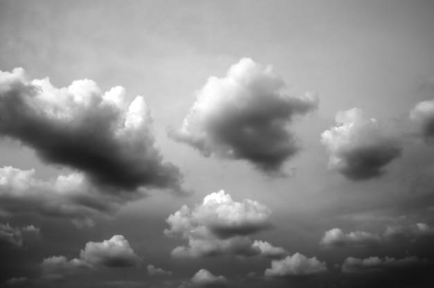 Облачный фон черный и белый.
