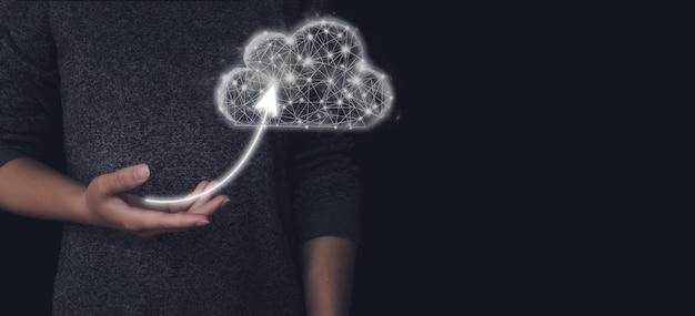 クラウドコンピューティングストレージデータ共有の概念。アイコンの矢印と低ポリゴンの幾何学的な雲を手に持ってください。