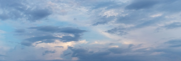 Облака покрыли темное небо на восходе или закате