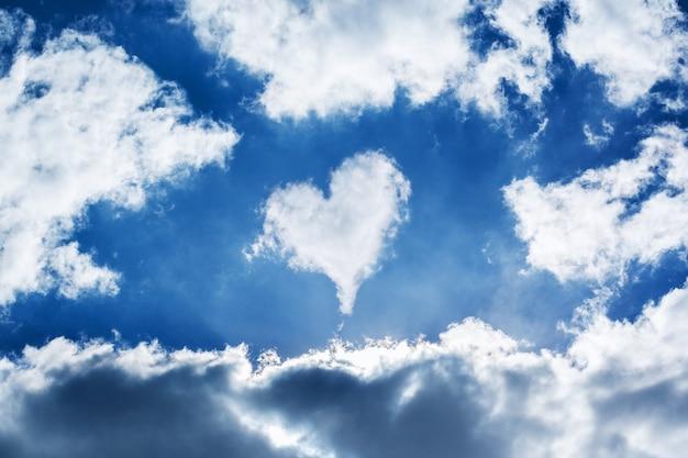 青い空に形作られた雲のハート