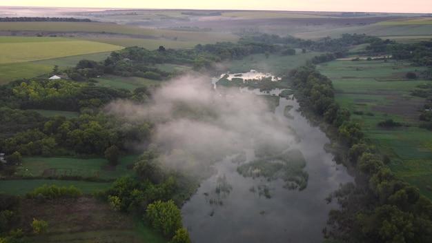 谷の川の上に低い雲