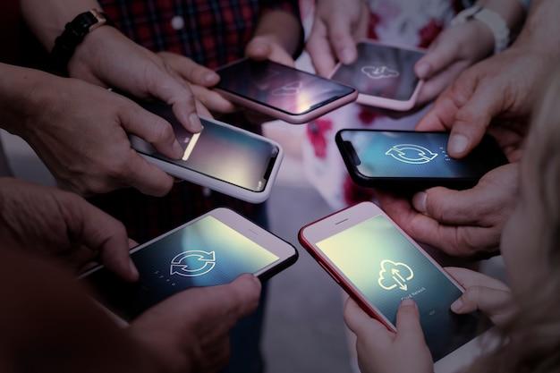 Rete cloud con file di persone che passano attraverso i telefoni cellulari