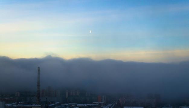 안개 구름과 스모그 오염이 도시를 덮습니다.