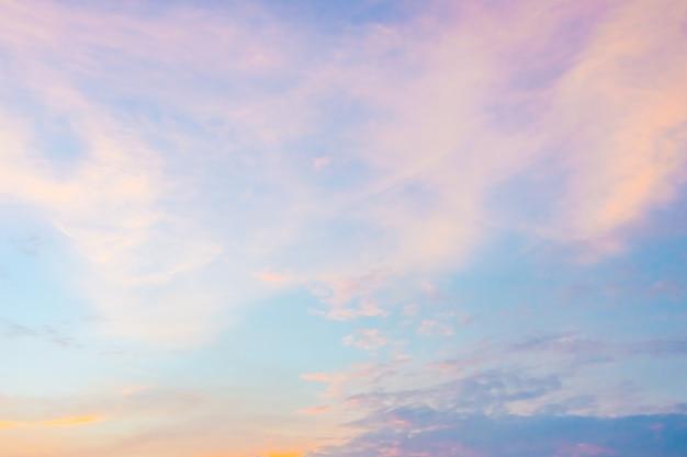 황혼의 시간에 하늘에 구름