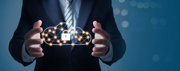 클라우드 서버 컴퓨팅 보안, 사업가 손 및 네트워크 연결 시스템의 고정 및 미디어 및 데이터베이스 개념 저장