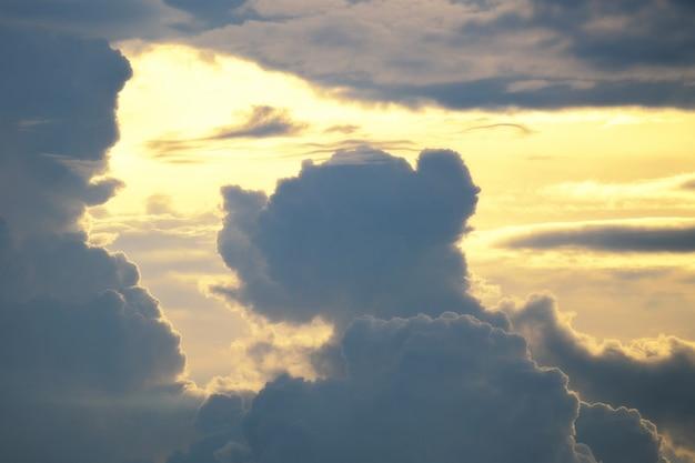 犬と人の形をした雲。