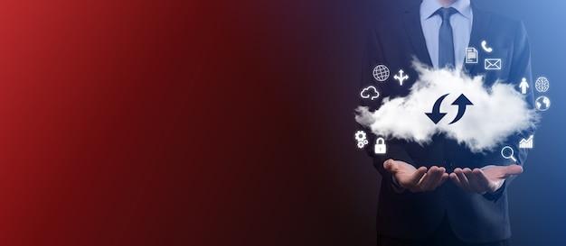 Облачные технологии. знак облачного хранилища с двумя стрелками вверх и вниз на темноте. облачные вычисления, большой центр обработки данных, инфраструктура будущего, концепция цифрового искусственного интеллекта. символ виртуального хостинга